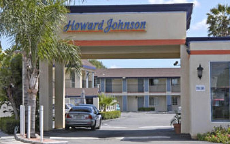 Howard Johnson Inn & Suites Entrance